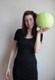 Jeune femme de sourire tenant le bаll Photo stock