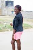 Jeune femme de sourire tenant une pomme Photos stock