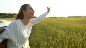 Jeune femme de sourire de jeune voyage heureux belle appréciant le voyage par la route dans le domaine de blé de nature d'été Le  clips vidéos