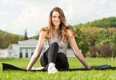 Jeune femme de sport dans les vêtements de sport obtenant l'extérieur convenable Photo stock