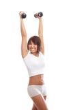 Jeune femme de sport faisant des exercices d'haltère d'isolement sur le blanc Image stock