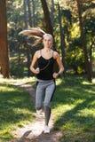 Jeune femme de Sportish au matin de suite photographie stock