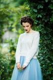 Jeune femme de style de vintage posant dans un vignoble Images libres de droits