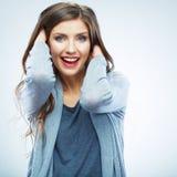 Jeune femme de style occasionnel posant sur le fond de studio B Images libres de droits