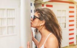 Jeune femme de surfer avec des baisers de dessus et de bikini Image libre de droits