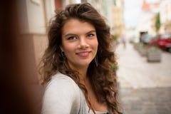 Jeune femme de touristes faisant le selfie, montrant des émotions positives Photographie stock