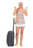 Jeune femme de touristes heureuse avec la vocation enjoing de sac de roue images stock