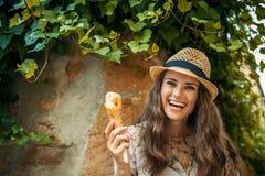 Jeune femme de touristes heureuse dans la vieille ville de l'Europe mangeant la crème glacée  photos libres de droits