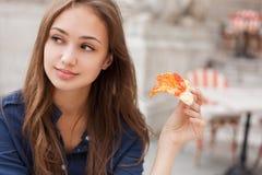 Jeune femme de touristes mangeant de la pizza authentique dehors image stock