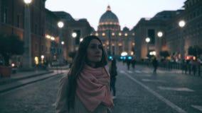Jeune femme de touristes marchant dans Piazza di spagna près du saint Peter Cathedral Fille regardant autour, vues les explorant Image libre de droits