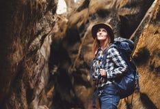 Jeune femme de voyage marchant en canyon photos stock
