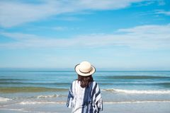 Jeune femme de voyageur dans le tenue décontractée avec seul le support de chapeau sur le bea photo stock