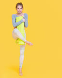 Jeune femme de yogini avant verre de yoga Photographie stock