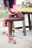 Jeune-femme debout près d ` une Tabelle Lizenzfreie Stockfotos
