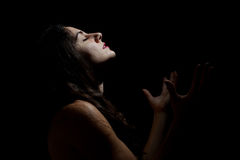 Jeune femme demandant des cieux quelque chose photo libre de droits