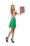 Jeune femme derrière, tenant la bannière vide de conseil de publicité, plus de Images stock