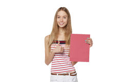 Jeune femme derrière, tenant la bannière vide de conseil de publicité, plus de Image stock