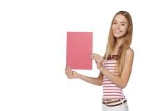 Jeune femme derrière, tenant la bannière vide de conseil de publicité, plus de Photo stock