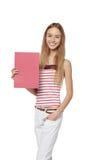 Jeune femme derrière, tenant la bannière vide de conseil de publicité, plus de Photos libres de droits
