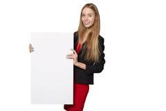 Jeune femme derrière, tenant la bannière vide de conseil de publicité, plus de Photos stock