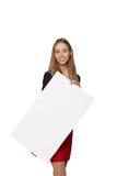 Jeune femme derrière, tenant la bannière vide de conseil de publicité, plus de Photographie stock