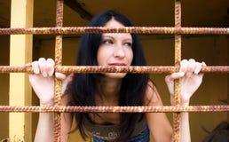 Jeune femme derrière un trellis photo stock