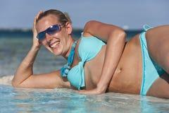 Jeune femme des vacances - Tahiti Photos stock