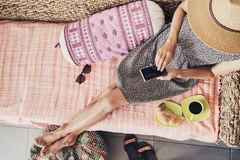 Jeune femme des vacances utilisant le téléphone intelligent photo stock