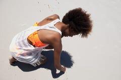 Jeune femme dessinant un sable de plage de coeur Photos libres de droits