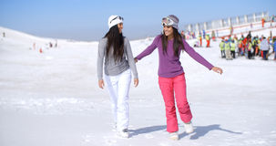 Jeune femme deux attirante marchant dans la neige fraîche Image libre de droits