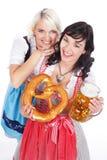 Jeune femme deux avec le verre de bière Image stock