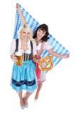 Jeune femme deux avec le verre de bière Images stock