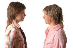 Jeune femme deux parlante Photographie stock