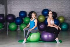 Jeune femme deux sportive dans le gymnase Image stock