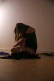 Jeune femme devant l'appareil-photo à une séance photos Photos libres de droits
