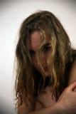 Jeune femme devant l'appareil-photo à une séance photos Photographie stock libre de droits