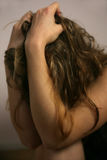 Jeune femme devant l'appareil-photo à une séance photos Images stock