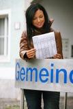 Jeune femme devant le bureau municipal photographie stock libre de droits