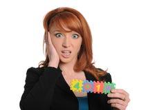 Jeune femme dirigée rouge retenant un signe 401K Photo stock