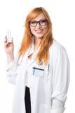Jeune femme docteur montrant la médecine Images libres de droits