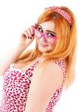 Jeune femme dodue sexy portant les lunettes roses Images libres de droits