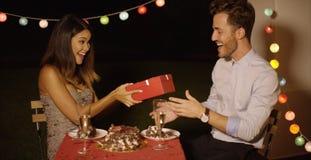 Jeune femme donnant à valentines d'une surprise le cadeau image libre de droits