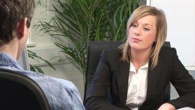 Jeune femme donnant Job Interview clips vidéos