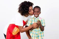 Jeune femme donnant un baiser à son fils photo libre de droits