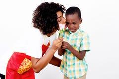 Jeune femme donnant un baiser à son fils images stock