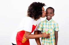 Jeune femme donnant un baiser à son fils Photographie stock