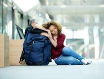Jeune femme dormant à l'aéroport Photos stock