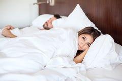Jeune femme dormant avec un type Image libre de droits