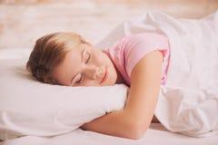 Jeune femme dormant dans le bâti image libre de droits