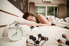 Jeune femme dormant dans son lit la nuit, foyer sélectif Photos stock